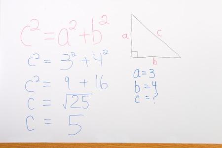 teorema: Problema de matem�ticas en la pizarra que ilustra el teorema de Pit�goras