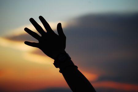 Main levée vers le ciel au crépuscule Banque d'images - 2886007