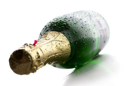 condensación: Frío húmedo botella de champagne vino sobre fondo blanco