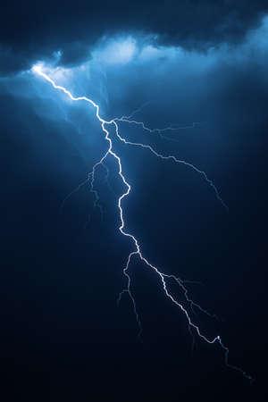 rayo electrico: Rayo imagen compuesta con nubes dramáticas