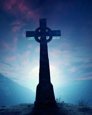 moody sky: Croce celtica con il paesaggio lunare sulla cresta della montagna rocciosa