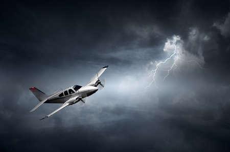 Avión volando en la tormenta con relámpagos (Concepto de riesgo - obra de arte digital)