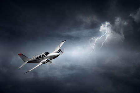 rayo electrico: Avión volando en la tormenta con relámpagos (Concepto de riesgo - obra de arte digital)