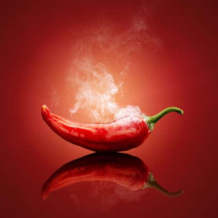 Hot chili rouge et fumant ou à la vapeur avec la réflexion Banque d'images
