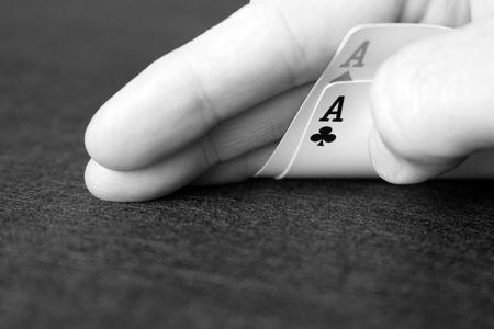 all in: Dos ases como parte de una mano de p�ker. Ha llegado la hora de ir todos pulgadas en blanco y Negro imagen.
