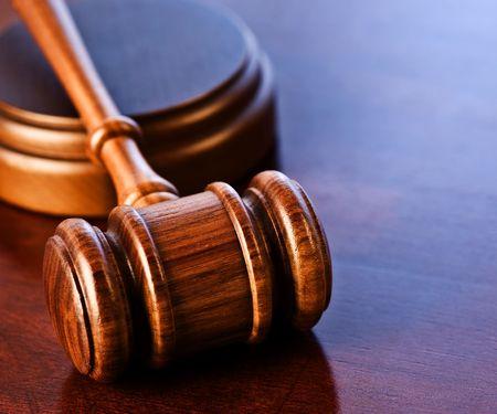 abogado: Madera de jueces de Gavel, sobre un escritorio