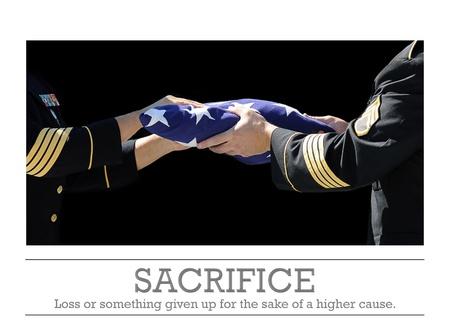 sacrificio: Sacrifice - Oficiales del Ej�rcito que sostienen una bandera conmemorativa en una ceremonia en honor a un h�roe militar muerto en el campo de batalla Foto de archivo