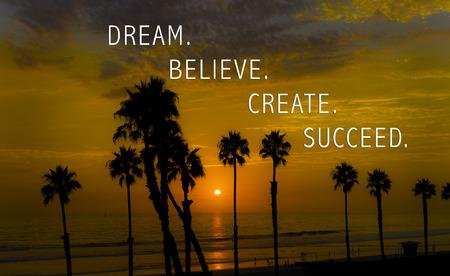 believe: Sueño. Lo creas. Crear. Triunfar. Las palabras y las altas palmeras al atardecer.
