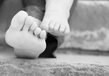 pie bebe: Pie del bebé y su madre en el fondo de piedra