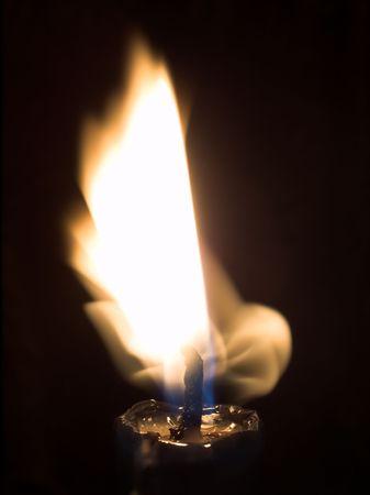 ardent: Ardente vela. Candela che brucia nelle tenebre, un fiammifero e una fiamma.