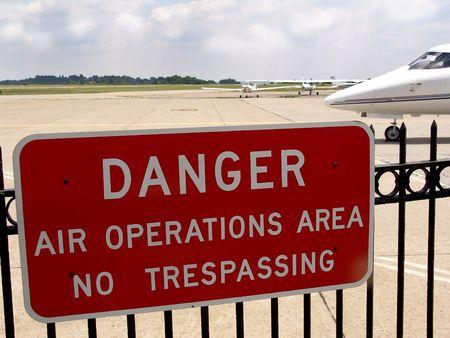 no trespassing: Operaciones a�reas firmar - prohibido el paso