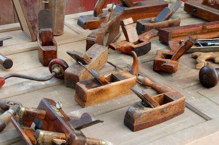 crafting: Antiguas herramientas sobre la mesa  Foto de archivo