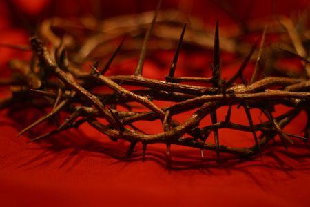humility: Contro la corona di spine rosso sfondo simbolico il giorno Egli indossava la nostra corona  Archivio Fotografico