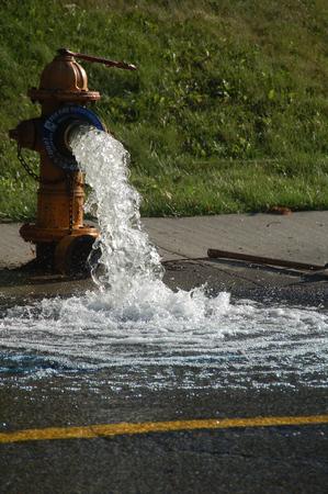 borne fontaine: bouche d'incendie libérant de l'eau