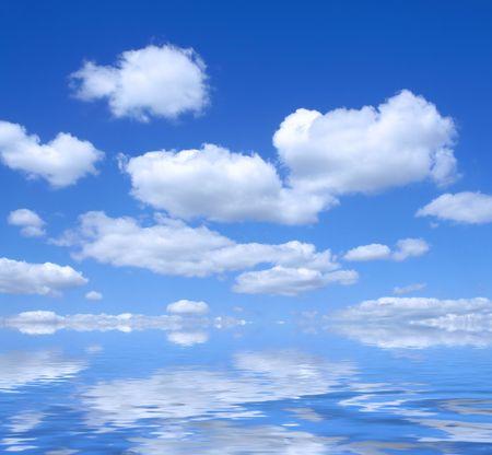 precipitacion: cielo hermoso del verano con la reflexi�n del agua