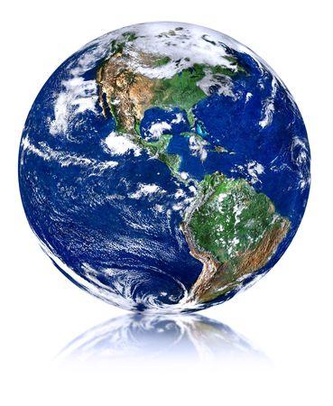madre tierra: mundo con la reflexi�n frente a aislados en fondo blanco  Foto de archivo