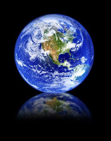 madre terra: globo con la riflessione di fronte isolato su sfondo nero profondo