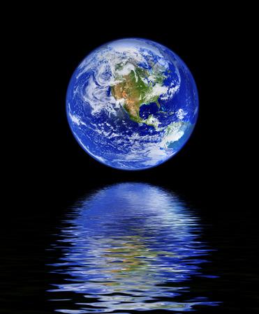madre terra: globo con acqua di riflessione nei confronti di sfondo nero  Archivio Fotografico