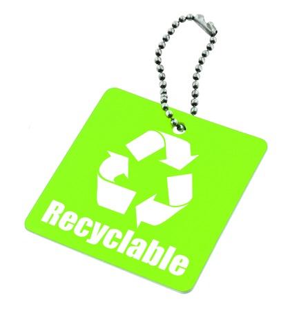reciclable: close-up de color verde con la etiqueta reciclable s�mbolo aislado en el fondo blanco Foto de archivo