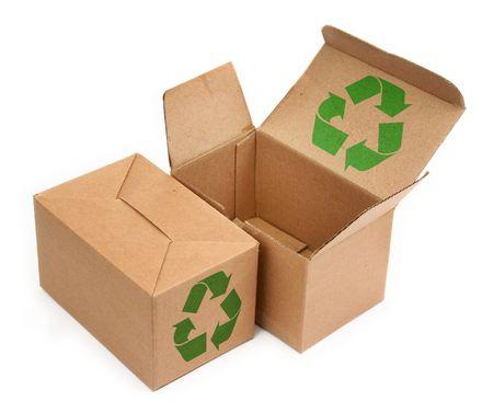 cajas de carton: dos cajas de cart�n con el s�mbolo de reciclaje en fondo blanco