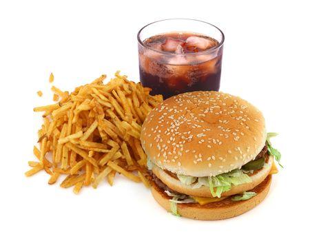 comida chatarra: franc�s fritas, hamburguesa y cola sobre fondo blanco  Foto de archivo