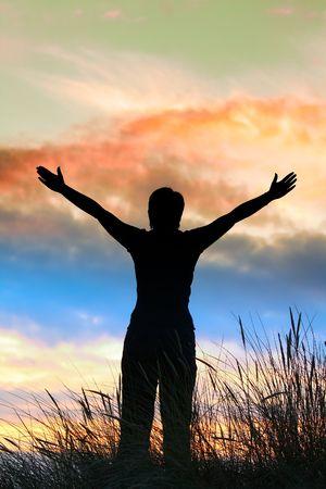 manos levantadas al cielo: Culto, la persona no es identifable