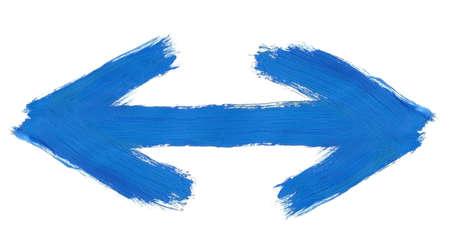 flèche double: peint à la main les deux sens la flèche isolé sur fond blanc pur, des traces visibles de coups de pinceau Banque d'images
