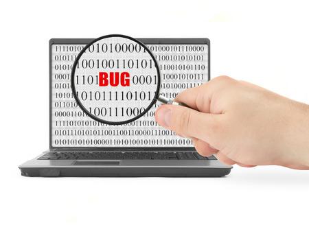glitch: Mano con la lente d'ingrandimento � alla ricerca di computer bug, codice binario � astratto