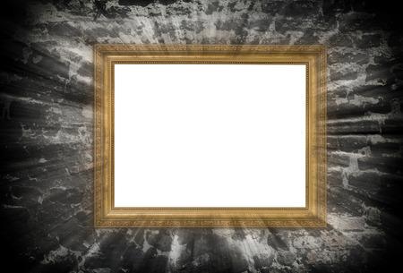ocas: oro marco de madera con haces de luz sobre la pared de ladrillo en ruinas Foto de archivo