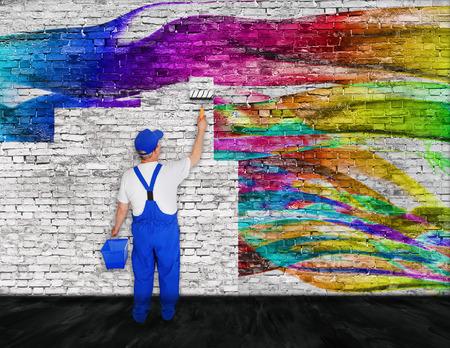 peintre en b�timent: peintre en b�timent avec godet se bat avec des graffitis