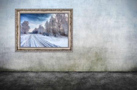 Oude houten frame met prachtige winterlandschap op vuile muur. Er is geen schending van het auteursrecht, foto binnen is mijn eigendom.