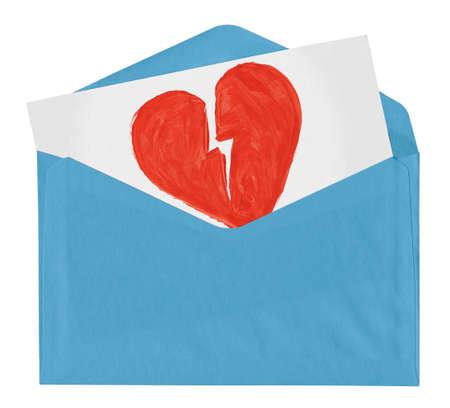 corazon roto: sobre con s�mbolo de amor roto aislados sobre fondo blanco Foto de archivo