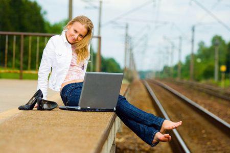 cola mujer: hermosa joven con el bloc de notas esperando un tren  Foto de archivo