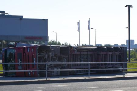 uomo rosso: Tallinn, Estonia - 26 giugno: Red Man D20 camion rimorchio su June26 2011 a Tallinn, in Estonia. Rimorchio Camion incidente d'auto