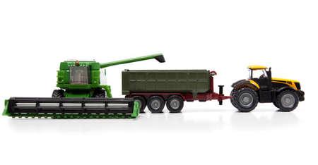 cosechadora: juguetes cosechadoras y tractores con semirremolque son aislados en fondo blanco