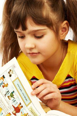 cartilla: Muchacha divertida que lee una cartilla.