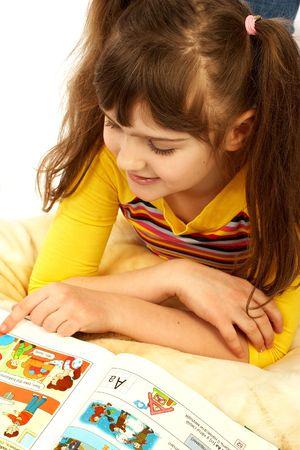 cartilla: Funny girl leer una cartilla.