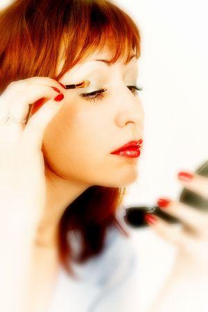 mujer maquillandose: Mujer que aplica maquillaje