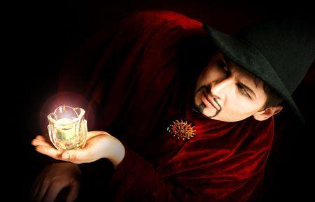 wahrsager: Zauberer mit einem Licht. Lizenzfreie Bilder