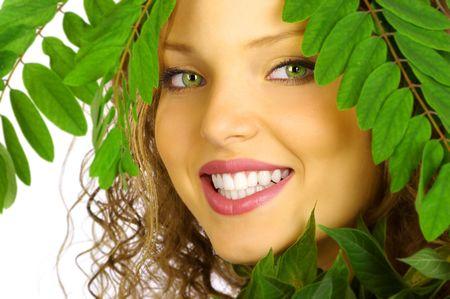 wśród: piękna młoda kobieta, uśmiechnięta twarz wśród zielonych liści Zdjęcie Seryjne