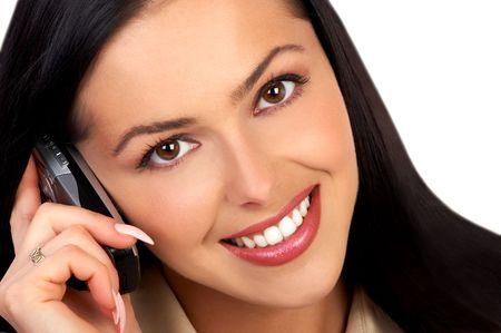 mujer joven atractiva que llama por el tel�fono port�til. Blanco aislado del excedente.