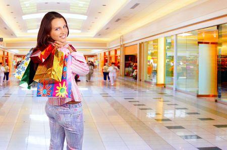 centro comercial: Compras mujer joven sonriente en el centro comercial.