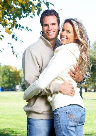 parejas felices: Young feliz sonriente pareja de enamorados en Parque