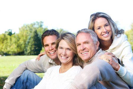madre e hijo: Happy family en el parque. Padre, madre, hijo e hija Foto de archivo