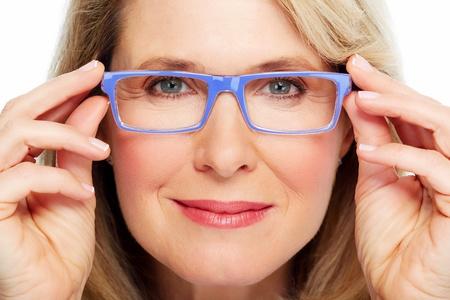 mulher: Mulher sênior bonita usando óculos Visão