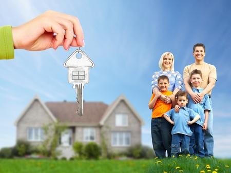 housing estates: Famiglia felice vicino a casa nuova Archivio Fotografico