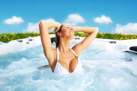tub: Hermosa mujer de relax en un jacuzzi. Vacaciones.