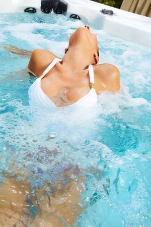caliente: Hermosa mujer de relax en un jacuzzi. Vacaciones.