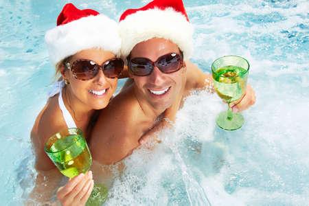 tub: Feliz navidad de santa pareja en el jacuzzi. Vacaciones.