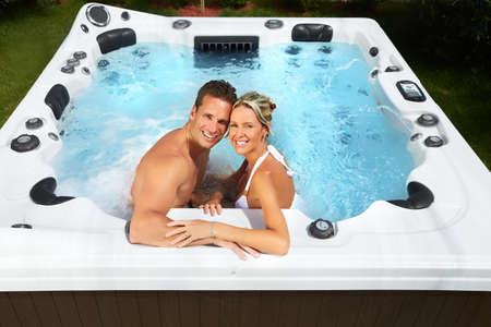 caliente: Feliz pareja relajándose en el jacuzzi. Vacaciones.